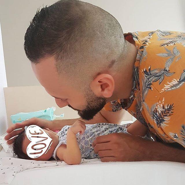 ☀️•  Bon Dimanche Mes Beautés  •☀️ Lana a la chance d'avoir un super papa ! Il prend bien soin de nous 2 depuis bientôt 3 semaines à la maison...🏡 Je n'avais aucun doute la dessus un bon mari est forcément un bon père ça va de paire !♥️ Dans 4 jours ma poupée aura 1 mois !!!! #filleapapa#daddy#jeuneparent#amour#maternité#justevous#famille#dream#bonheur#joie#bebe