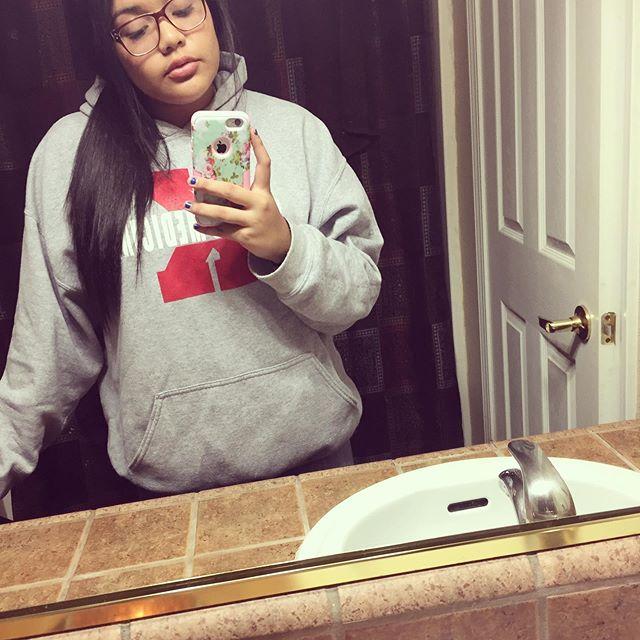 maquillage enlevé, cheveux en arrière, pull large, parfait! 🤷♀️