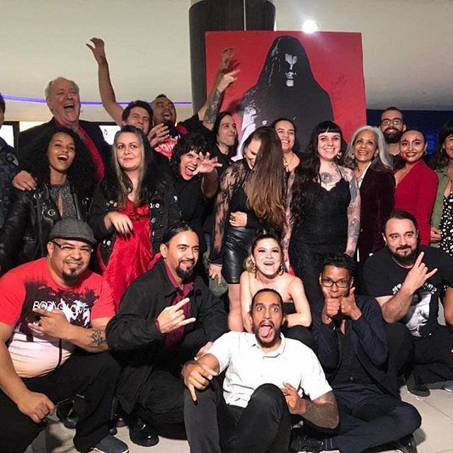 Esta foto dice mucho, porque son los rostros de un gran equipo de profesionales en varias ramas del Arte, que trabajamos en esta producción. Muchas felicidades a todos los que hemos puesto nuestro talento y profesionalismo para lograr: DIABLO ROJO PTY, la película; muy contento de apreciar el trabajo de todos en este largometraje de terror panameño, que se estrena por fin, este 19 de septiembre en todos los cines panameños. Larga vida al cine de terror y que este género siga creciendo en Panamá.  @isagorath #creative #draftman #painter #muralpainter #sculptor #photographer #graphicdesigner #props #fxmakeup #films #musician #bassist #bass  #realisticart #surrealart #darkart #blackmetal #horrorart #metalhead #isagorath