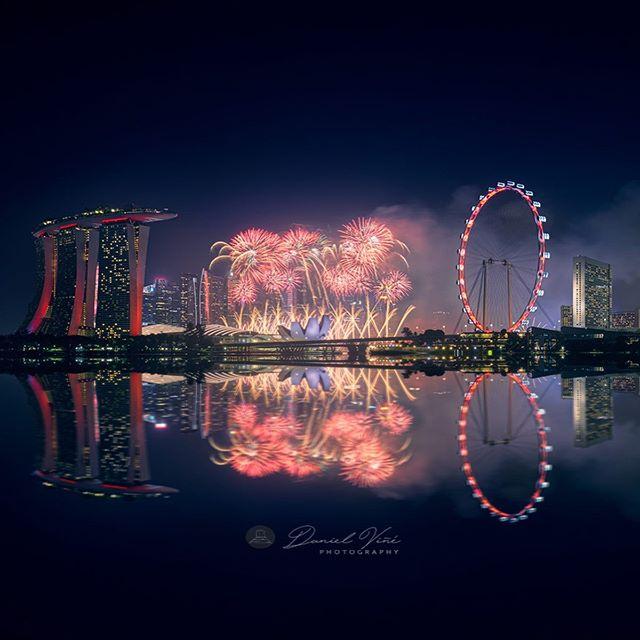 Esp 🇪🇸. . Nuestro segundo día en Singapur 🇸🇬🇸🇬, nos acercábamos a una localización para fotografiar el skyline al atardecer, según íbamos de camino @Nicholas.lee_photography un gran fotógrafo local que conocimos allí, nos aviso que ese día empezaban las pruebas de los fuegos artificiales de Singapur del día de la independencia, aunque nos costó encontrar sitio pudimos encontrar un hueco y ver el espectáculo de aviones, helicópteros y finalmente los fuegos como si del día de la independencia se tratara, fue alucinante.. . Eng🇬🇧. . Our second day in Singapore🇸🇬🇸🇬, we were approaching a location to shoot the skyline at sunset, when we were on our way @Nicholas.lee_photography a great local photographer from Singapore (thanks buddy 🙌🏻), told us that this day began the tests of the Singapore Independence Day fireworks, although it was hard to find a place we could find a hole and see the spectacle of planes, helicopters and finally the fires as if it was Independence Day, it was amazing. . . . . #singapore🇸🇬 #singapur #singapore #singapore_insta #singaporeig #singaporecity #singaporelife #singaporetrip #singaporeflyer #singaporeinsta #discoversingapore #travelsingapore #singaporespecial #visitsingapore #fireworks💥 #fireworks🎆 #fireworknight #asian #travel #asianboy #travelphotography #instagood #travelgram #marinabay #marinabaysands #marinabaysand #marinabaysandshotel #marinabay #rolleimoments #asiatravels