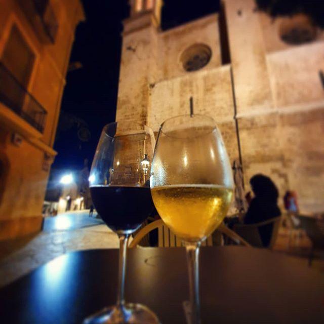 Blanc i negre 🍷🍷 #Vilafrancadelpenedes#penedes#penedesexperience#capitaldelvi#wine#vino#decopas#gotico#basilica#langelus_bar_a_vin# #placadesantamaria#somelier#catalunya#barcelona#winelover#instagood#enopenedes#mestimolamevaterra