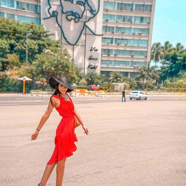 La Habana ♥️ Hay Internet en Cuba? SII Aunque No es tan fácil como en el resto de países. En casi todos los Hoteles te venden una tarjeta para hacer uso de Internet por un tiempo limitado.  Ojo, no puedes simplemente activar tu tarjeta y usar Internet, tiene que haber WiFi para que puedas usar la tarjeta y WiFi solo encuentras en hoteles (solo en el Lobby) y en algunas plazas las cuales reconoceras porque todos están usando sus celulares. . . .  #lahabana  #cuba#visitacuba #travelmore #scarviaja