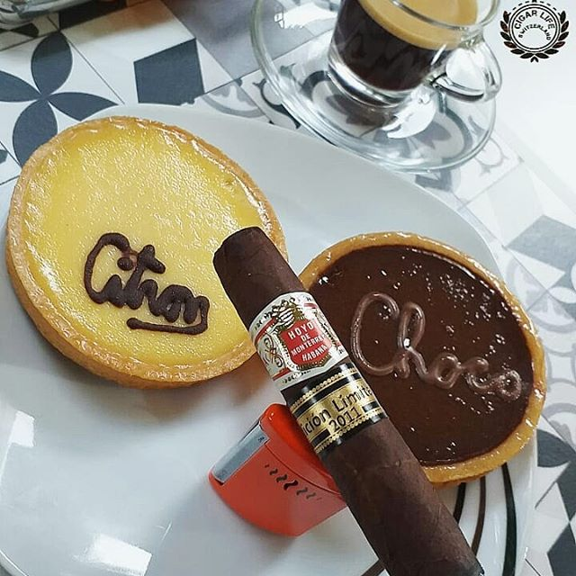 Lemon or Choco ?🍫🍋 Good morning with the Short Hoyo Piramides EL 2011 #hoyodemonterrey🇨🇺🇨🇺 . . . . . . . . . . . . . . . . . #Cigarlife #Cigar #Cigars #Cigarporn #Cigaroftheday #Cigarsociety #Cigarworld #Cigarlifestyle #Cigarboss #Cigarsnob #Cigaraficionado #Zigarren #Charuto #Nowsmoking #BOTL #SOTL #Cuba #Swiss #Switzerland #Basel #Zürich #Genf #Habana #Havana #Cuba  #CigarFreakWhatElse