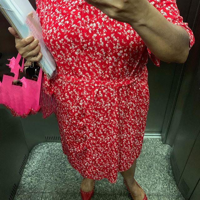 Lady in red! #gg #modagg #modaplus #modaplussize #ootd #celebratemysize #celebratemycurves #curvywomen #lookdodia #lookdotrabalho #meulook #meucorpominhasregras #balofinhastembomgosto
