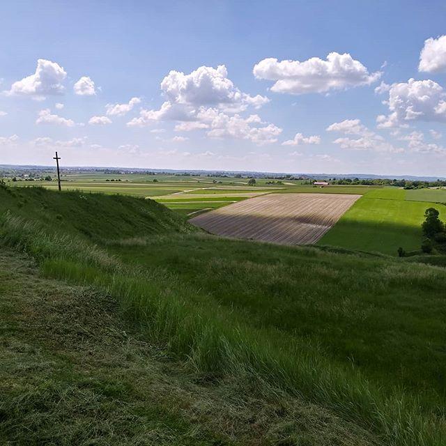 Gra świateł☀ na Grodzisku w Stradowie.🌄 Jak ja lubię to miejsce!😍 The play of lights☀ on Grodzisk in Stradów.🌄 How I like this place!😍 #monument #beautifulplace #beautifulpoland🇵🇱 #poland #polska #mojkrajtakipiekny #archaeologistlife #monument #wyzwaniekfs3 #kfs #kobiecafotoszkoła #wyzwaniefotograficzne #stradow #kieleckamama #bloger #siostraarcheo #poprostumama