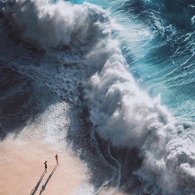 Море волнуется... Кот Евгений  Море волнуется раз.  Море волнуется два.  Ты замираешь на три,  Где то у моря внутри.  Ты попадаешь на дно,  Здесь уже все решено.  Соленой прозрачной водой  Море играет с тобой.  И кислород из груди,  Вышибло сразу на три.  И не привстанешь со дна,  Как твоя доля горька.  Море хочет забрать,  Всячески давит опять.  Тело обнимет оно  И не отпустит его.  Море не знает горе,  Море шепчет о том,  Как хорошо на просторе  Соленых холодных волн.  Море не скажет дважды,  Знает все наперед.  Тоненький луч надежды,  В прозрачных водах мелькнет.  И соглашусь, не подумав,  В соленую гладь воды,  Прыгнуть, забыв про думы,  Влюбиться без головы.