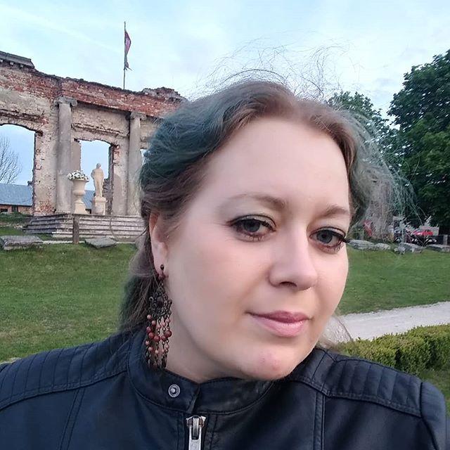 Kim jestem?❓ Czy da się to wyrazić jednym 📷zdjęciem? ❓Czy da się opowiedzieć w jednym 💻poście?❓👸 Who am I?❓ Can it be expressed in one 📷picture?❓ Is it possible to tell in one 💻post?❓👸 #kfs #kobiecafotoszkoła #wyzwaniekfs2 #wyzwaniekfs #selfie #polishmumy #polishwoman #polishgirl #instawoman #instagirl #instawtorek #greenhair #archaeologistlife #archaeologist #greenhair #sobków #fortalicja #swietokrzyskievoivodeship #kieleckamama #bloger #siostraarcheo #poprostumama
