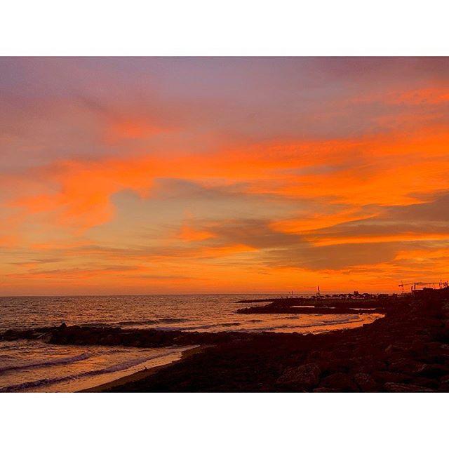 (...) Si può amare un tramonto, tanto quanto odiare? No, perché io me lo ricordo questo tramonto... Il rosso del sole che si rifletteva sul tuo sorriso perfetto... I tuoi occhi scuri e le tue ciglia che prendevano il riflesso del mare... E come il sole calava all'orizzonte, Così nel tuo cuore è svanito l'amore, E noi due siamo finiti in fondo al mare, Sommersi di rosso e acqua salata.