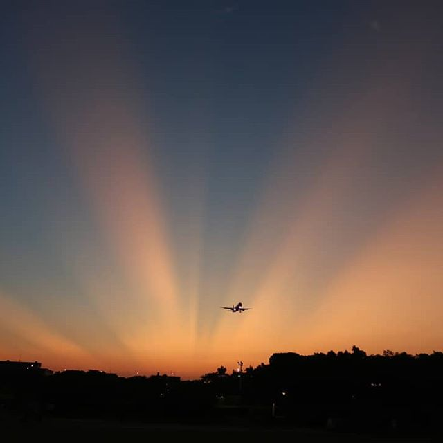 """◀️▶️ Guys! I was very lucky to take 1️⃣""""crepuscular rays""""(West) and 2️⃣""""anti crepuscular rays""""(East) pictures today sunset! . . . #sunset #sky #flight #airplane #fly #flying #landing #crepuscular #rays #sunrays #crepuscularrays #anticrepuscularrays #雲隙光 #lights"""