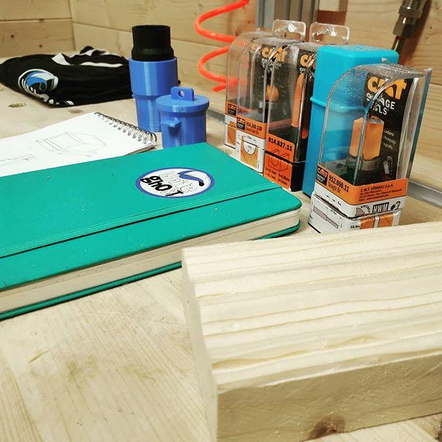 🔥 Quasi tutto pronto per girare i video delle cornici e quello della nuova aspirazione banco. . . . #whiteghostshop #frame #framewood #cornici  #stampa3d #adattatori #routerbit #woodworking #woodcraft #legno #diy #faidate #handmade #riciclo #recycle #fun #woodproject #carpenter #design #fattoamano #woodworker #woodtools #carpentery #woodlife #makers #woodworkingtips #furniture #wood