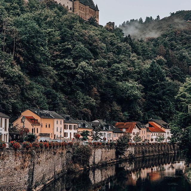C h a t e a u D e V i a n d e n • 🌿  A 1h30 de Toulouse se trouve le magnifique pays qu'est le Luxembourg • Ça tombe bien, @ryanair vient d'ouvrir une ligne directe Toulouse/Luxembourg 🇱🇺 dépaysement garanti 🍂  #visitluxembourg #visiteislek #fromtoulousetoluxembourg #ardennesluxembourgeoises #luxembourg #autumnvibes🍁 #travelphotography #travelblogger #travelgram #discoverluxembourg #viande #chateaudevianden