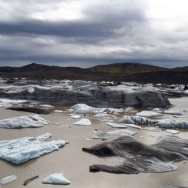 Nella terra dei ghiacci !!! ~ ~ ~ #iceland #islanda #lavoroperviaggiare #travelphotography #travellers #family #sun #bluesky #travelblogger #glacier @mondoareoporto