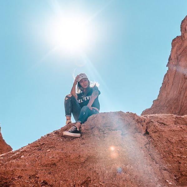 DICAS ATACAMA . Pro pessoal que está indo pro Deserto do Atacama, vou fazer uma lista de dicas que aprendi lá! Vai ajudar vocês a passar menos perrengue 😌 . 1. Leve hidratante (labial, corporal, facial), e passe todos os dias. Estou com o rosto todo descascado porque não cuidei direito. 2. Passe protetor solar. O sol e o frio intenso queimam muito! 3. Leve sempre 1L de água para os passeios 4. Lagunas de cejar: (que você flutua) não molhe o rosto! Estou com o queixo ardendo ainda por causa do sal + sol!  5. Lagunas de cejar: leve CHINELO e TOALHA 6. Às vezes você vai ter que fazer suas necessidades ao ar livre, leve seu papel higiênico e lenço umidecido 🤣 7. Faz MUITO frio de manhã e à noite. Leve um casaco BOM, segunda pele, etc... 8. Geiser del Tatio: não é recomendado fazer no primeiro dia devido à altitude! 9. A altitude extrema faz algumas pessoas se sentirem enjoadas, e até mesmo terem o tal do piriri. O ideal é comprar o chá de folha de coca lá e tomar meia xícara por dia para evitar esse tipo de coisa. Eu não senti nada, mas tem gente que passa muito mal! 10. Não faça o tour astronômico com outra empresa que não seja a  SPACE. Fizemos com uma outra e foi uma 💩. 11. Se quiserem fazer os passeios por conta, é tudo bem perto, e tem varios blogs explicando como chegar. Mas pegue uma caminhonete alta! Fizemos o Magic Bus e Termas de Puritama. 12. Se forem por agência, escolham a @turismogrado10 a experiência é diferenciada com eles! 13. Fique longe das dicas dos brasileiros que estão lá no Chile trabalhando em agências! 14. Tour Astronômico: verifique como estará a lua (calendário lunar 2019) antes de agendar seu passeio, se a lua estiver cheia, você não vai ver muita coisa. O ideal é fazer na lua nova! 🌑 15. Não aglomere os passeios! É cansativo! 16. Leve calçados baixos e de preferência com o cano um pouco alto...se não enche de AREIA! 17. Quer INTERNET? No centrinho deles tem varias lojinhas vendendo chip da Claro de 2Gb com redes sociais livres por + ou - 20 