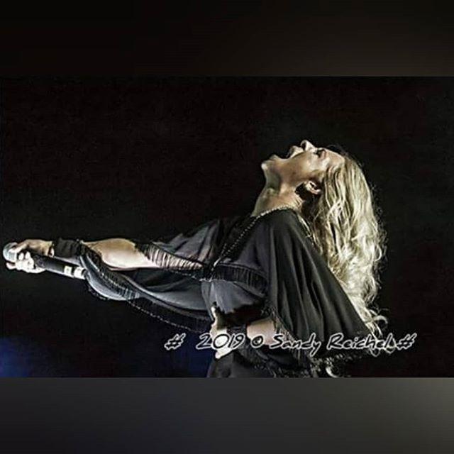 🖤 L I O N E S S 🖤 Her heart as fierce as the crashing waves, her pride will not be taken to the grave. With a mane as golden as the birds who soar, she was born and taught to roar. 🦁 . Ich werde nicht aufhören für meinen Traum zu kämpfen, daran zu glauben und stark zu sein. Die Musik ist mein Element, meine Liebe und mein Leben! #keepthespirit #keepfighting #lioness . 📸 Sandy Reichel ❤️🙏🏾 . #rockschlager #popschlager #onstage #meinherzschlägtschlager #schlager #rocknroll #schlagerparty #partyschlager #schlager #schlagernacht #musician #singer #musicianlife #berlin #neuenhagen
