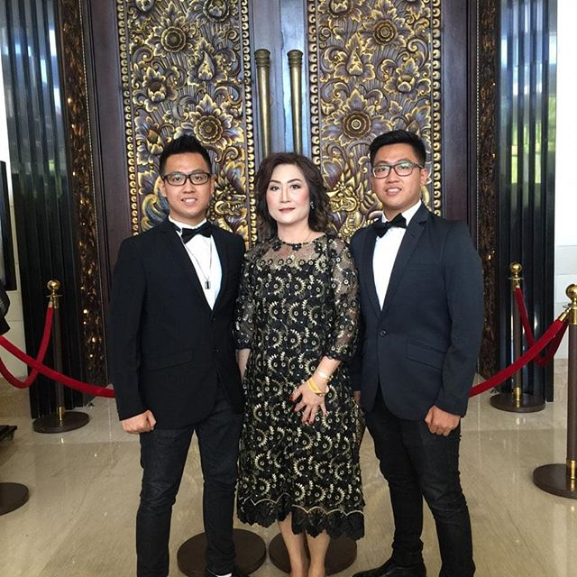 Happy birthday to our Best mom ever, May you always be healthy, rich and happy.  Thank you for all care and love you gave to me. Proud to be your son. God bless you always ❤️🙏🏻 . . . . . #happybirthday #birthdaywishes #bestmother #family #successbefore30 #chandraputranegara #happy #entrepreneur #instagram #family #2019 #checklist #indonesia #bolehrepost #sukses #motivasihidup #motivasi #motivasidiri #motivasipagi #entrepreneur #motivasisukses #motivasibisnis #inspirasiku #inspirasipagi #katabijak #katamotivasi #motivasikerja #throwback #familyphotography