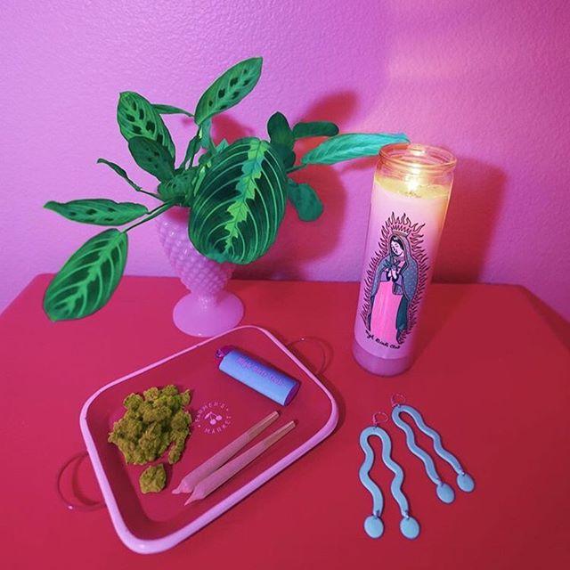 SMOKE BREAK 💝🌳🌈☺️✨ Candle: @highgirlsclub X @blaabad Earrings: @loud.ones Photo: @high_beebee