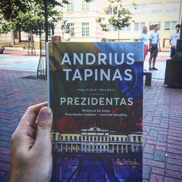 """Geriausia vieta Šiauliuose pradėti skaityti naują knygą. Prie Didždvario Gimnazijos. Kurioje mokiausi. Ir sutikau begale mielų ir puikių žmonių.  Knyga: Andrius Tapinas @andriustapinas """"Prezidentas"""""""