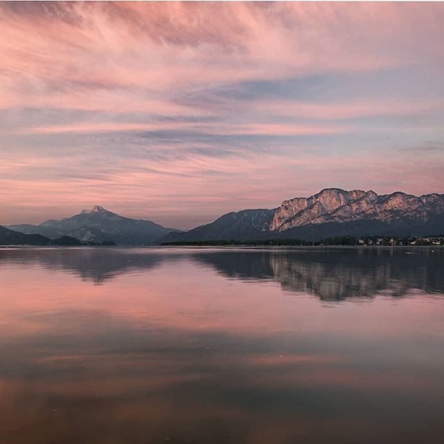 Sometimes it's nice to watch the sunrise from the bottom and see the Mountains glowing in the morning sun. . . . . . . . . . . . #creearth #mondsee #vibesofvisual #lensbible #steigauf #igerseurope #hiking #austria #discover_earth #main_vision #awesomeglobe #awesome_earthpix #1000thingsinaustria #visitaustria #discoveraustria #wekeepmoments #exploreourearth #winterwonderland #mountainslovers #upperaustria #agameof10k #diewocheaufinstagram #wildernessnation #thegreatoutdoors #lifeofadventure #mountainshotz #natureadventurez #earthexclusive #beautifuldestinations #mountaineering