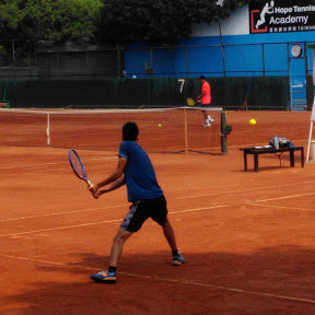 傑森打網球