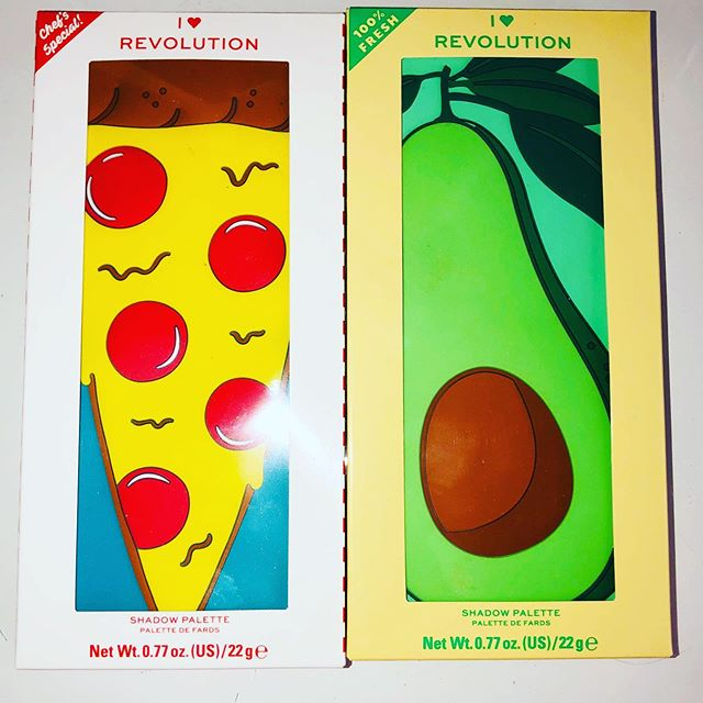 Την αγάπη μου για την Revolution την ξέρετε επιτέλους έγινε η σωστή αντικατάσταση από την τελευταία παραγγελία που είχα κάνει ήταν η δεύτερη φορά που περίμενα αντικατάσταση γιαυτες τις δυο κ τις περίμενα πως κ πως να έρθουν σωστες κ άθικτες!!!Ειναι η Tasty Palette Avocado 🥑 και η Tasty Palette Pizza 🍕  Έχουν πανέμορφα χρώματα και οι δυο κ με το που τις κοιτάς το μυαλό σου κατευθείαν μπαίνει σε φαντασία για δημιουργικά και άπειρα μακιγιάζ 🤩🤩🤩 Iam in love with these amazing palettes!!! I can't wait to try this new baby's 🧡🥑💜🍕🧡 #makeuprevolution #revolution #youaretherevolution  @iheartrevolution @makeuprevolution @teamrevolutionbeauty @makeuprevolutiongreece