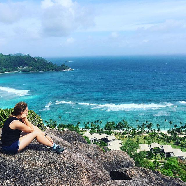 Der Blick von oben auf unser Hotel ist ein Traum 😍 Ich will gar nicht wieder gehen. #hannahsiebern #flitterwochen #autorenleben #seychellen #kempinski
