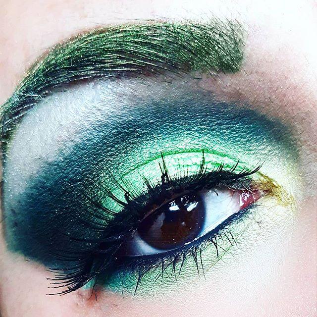 Electric green lightning 💚 . . . #zoevacosmetics #maybellineitalia #redcherrylashes #smokeyeyes #truccoocchi#electricmakeup #beautysecret #beautylovers #beautybloggers #lovemakeup #eyes #eyeshadow #ombretti  #browneyes  #beautiful #instagood #prettyeyes #beautifuleyes #sparkles #eyesmakeup #eyeshadowpalette #photooftheday #instaeyes #brighteyes  #darkeyes #angeleyes #shiny #cute #followforfollowback #like4like