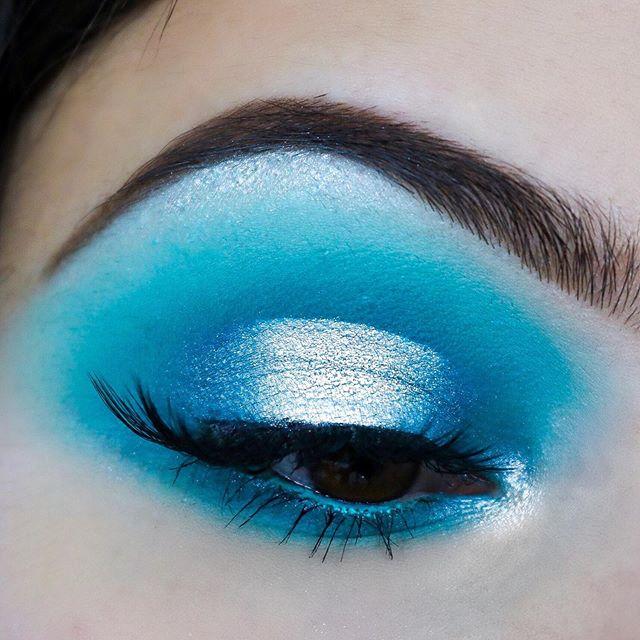 Ice ❄️ . . Je vous ai publié une vidéo dans laquelle je vous montre comment faire ce makeup avec la palette Ice de chez @makeuprevolutionfrance ✨ . . . Produits : • Eyebrows : Poudre à sourcils @nyxcosmetics_france • Primer : @anastasiabeverlyhills • Palette : Ice @makeuprevolutionfrance • Eyeliner : Pigment Pomade @makeuprevolutionfrance «Jet Black» • Eyelashes : @aliexpress • Eyepencil : @action.france . . . #revolutionprlist #makeuprevolution #ice #paletteice #revolution #revolutionbeauty #makeup #makeuponpoint