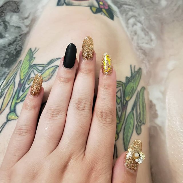 Thanks, Kim @vipnailssalon for the ultimate #witch #nailart win!! Enjoying my #lush #bathbomb from @onehandondeath and was living my best #fridaythe13th #bath life last night and admiring my #nails
