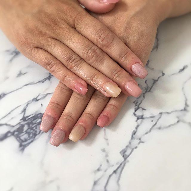 • 𝚁𝚎𝚖𝚙𝚕𝚒𝚜𝚜𝚊𝚐𝚎 𝚐𝚎𝚕 | sur ongles rongés . Sachez que mêmes les ongles courts / rongés peuvent être embellis grâce au gel . Sans faire une longueur extravagante mais de quoi embellir les mains . Et plus vous ferez vos remplissages plus vos ongles naturels pousseront et surtout ! Vos cuticules / petites peaux iront mieux ! • #ongletarare#ongleengel#nailsofinstagram#nailsnailsnails#fashionnails#onglesrongés