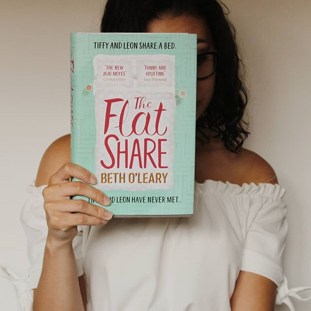 Happy Saturday 🖤  One of my favourite reads over the summer was The Flatshare by Beth O'Leary! It was such a great read - I gave it 5 stars 🌟  What was one of your favourite reads you read over the summer?  ________________________________ #bookstagram #books #booksbooksbooks #bookaddicts #bookrecs #bibliophile #booklover #bookworm #booktography #booklove #contemporary #chicklit #literature #theflatshare