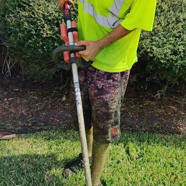 @incredibottle rocks!  #shindawa #incredibottle #lawnmaintenance #landscaping #lawnlife #edging #weedeater #weedwhip #landscapers_of_instagram #gas