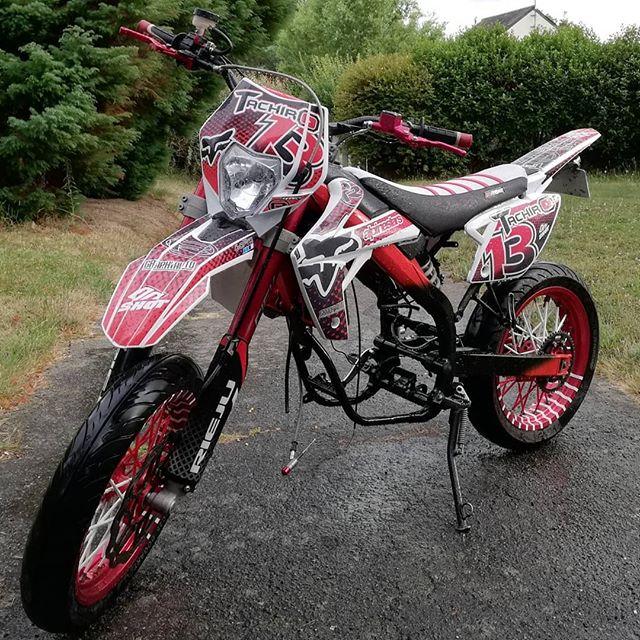 Salut la team, avant dernière vidéo mécanique sur la moto, une belle partie esthétique de faite, maintenant manque plus que le moteur, allez me donner votre avis 🔥👌🏻 #moto #50cc #rieju #red #degrade #80cc