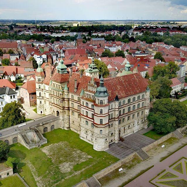 Schloss Güstrow 🏰  #dji #djimavicpro #architecture #pandadrone1 #luftaufnahme #mavic #mavicpro #mecklenburgvorpommern #germany #droneofinstagram #djiglobal #drohnenfotografie #dronephotography #droneoftheday #drohnenflug #dronestagram #djipilot #schlossgüstrow