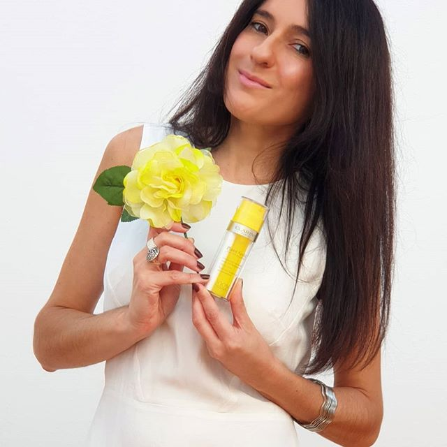 Helloooo!! ☺ Os presento el Nuevo Plant Gold (El oro de las plantas) de @clarinsespana 😍 Una emulsión en aceite nutritiva y revitalizante para el rostro, 100% de origen natural 💯👌. Está compuesta por una fórmula Bi-Phase que combina Aceite de Orquídea Azul y una emulsión fundente, quedando una textura ligera y nada grasa 👌. Se puede utilizar por la mañana 🌝 y/o  por la noche 🌚. En mi caso la estoy utilizando por la mañana después de mi rutina de limpieza facial y he notado que además de una sensación de confort ☺ mi piel está más nutrida y con un ligero toque de vitalidad y luminosidad ❤. Mi piel es mixta y por ahora me va genial, aunque está indicada para todo tipo de pieles 👍. Os animáis a probar el Oro de las Plantas? 🥰🥰🥰 Os dejo el enlace 😉: https://www.octoly.com/c/hbph3/r/hb5b8 . . #PlantGold #Clarins #cuidadofacial #cosmetica #belleza #OctolyFamily