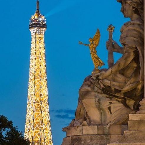 « Une femme, c'est facile à comprendre. C'est comme un livre ouvert ! Un livre sur la physique quantique écrit en finnois, mais ouvert » .... 🦋#toureiffel #damedefer #parisienne #igersfrance #igersfrance #merveillesdefrance #architecture #amateurphotographers #bluehourphotography #pariscitylove #pariscityvision #parismonamour #seemyparis #visitparis #pontalexandreiii #bns_paris #bns_france #parisismagic #bonnelecture