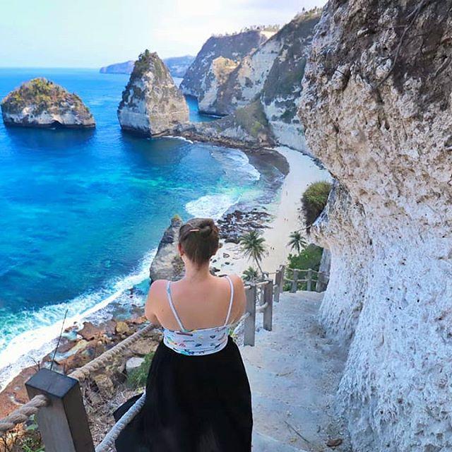 🌊Je pense que ne pas avoir pu nous baigner ce jour-là sera l'un de nos plus grand regret ☀️ l'accès était super facile et sûr et surtout l'eau tellement magnifique 💙 🏝️ Je vous embête encore un peu avec #Bali 💦 belle semaine ☀️ 📍#diamondbeach . . . . #nusapenidaisland #nusapenida #nusapenidatrip #moveontrip #indonesia #explorebali #balilife #thebalibible #traveltheworld #travel #baligasm #sea #beach #landscape_lovers #vistas #island #atuhbeach #frenchgirl