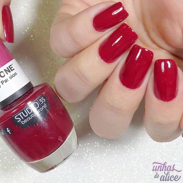 O #CherryPassion da @studio35cosmeticos com a @pantone é um rosa bem escurão! Bem cor de cereja mesmo 🍒 Eu amei, e você? Tem swatches da coleção toda lá no canal: . . 👉🏻 YouTube.com/unhasdealice1 (link clicável na biografia do Instagram) . . #unhasdealice #esmaltedodia #unhasdodia #nailsoftheday #esmaltedasemana #unhasdasemana #vidrinho #esmalte #nails #naillacquer #nailpolish #unhas #nägel #hübschernagel #nagellack #unas #vernisaongles #onglesnaturels #vernis #polishaholic