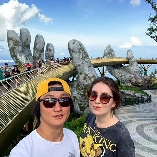 Данангский Золотой мост днём. Полон туристов, но все равно крут💙