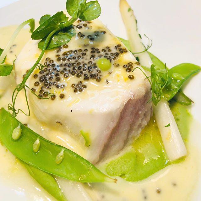 Flétan de Gaspésie, Asperge, Pois, Caviar. On aime l'été! #commedanslesgrandesmaisons