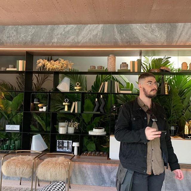 A Casa Grão, inspirada no pavilhão de Barcelona, está cheia de estilo. Adorei a estante metálica e o jardim logo atrás! . . . . . . . #casacorsp #casacor2019 #tresarq #interiordesign #interiores @tresarq