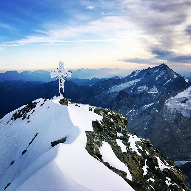 Comme un avant goût d'hiver ⛄️ #alone (la cordée) #aftersnowfalls #dentblanche #swissalps #valais #switzerland #valdherens #valdanniviers #themagicvalley