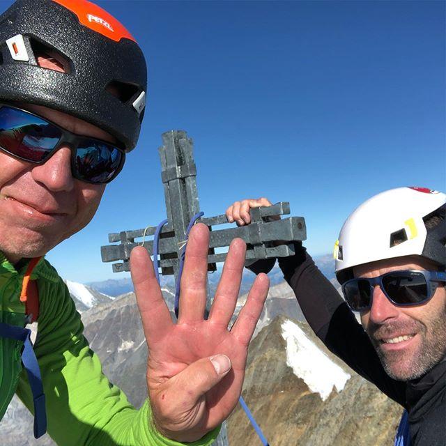Journée grandiose avec 4 sommets de plus de 4000m sur la #nadelgrat entre #cabanebordier et @mischabelhuette 🍀🤞🤩 #dirruhorn4035m #hobärghorn4217m #stecknadelhorn4241 #nadelhorn4327m  Merci a @daniel_coquoz 👍💪