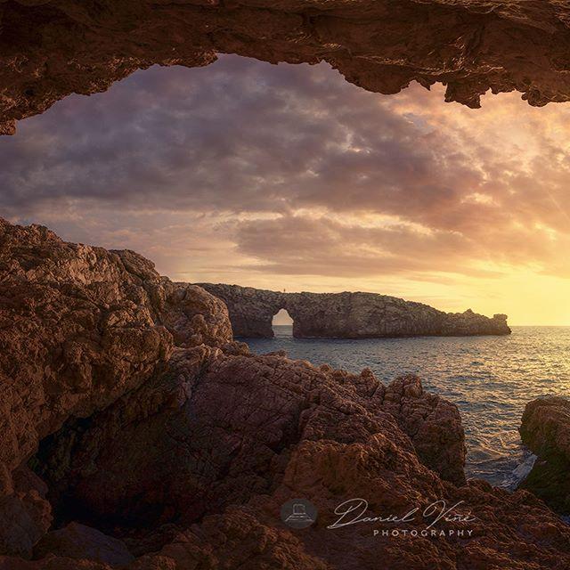 Esp 🇪🇸. . Hoy os traigo una toma reciente de Menorca, hace una semana estábamos @elenaprphoto y yo junto a la agradable compañía de @igener en los famosos acantilados donde había visto tantas fotos de Photopills. Mucha gente, fotógrafos y no fotógrafos, va a ver el atardecer allí, al llegar y ver el sitio pensé que esos acantilados parecían prehistóricos, así que se me ocurrió acentuar esa sensación con el marco de la cueva y con el sol estrellado en el horizonte, para ello tuve que hacer una panorámica lo mas dentro posible de la roca con el ultra angular y utilizar el rail para no distorsionar el primer plano, no fue difícil realizar la panorámica y coger a una persona que hiciera de escala al fondo del acantilado, ya que cada poco pasaba alguien para hacerse su foto. Hice varias tomas pero elegí esta ya que fue donde pude coger el sol estrellado, poco después el sol bajo y con la bruma perdió fuerza y no se podía estrellar. Con ésta foto os deseo buen martes a todos!!! . Eng 🇺🇸. . Today I bring you a recent shot of Menorca, a week ago we were on the famous cliffs where I had seen so many photos of Photopills.  Many people, photographers and not photographers, are going to see the sunset there, when I arrived and saw the site I thought those cliffs looked prehistoric, so it occurred to me to accentuate that feeling with the cave frame and the starry sun on the horizon, for it I had to make a panoramic as much inside as possible of the rock with the ultra angular and to use the rail not to distort the foreground, it was not difficult to make the panoramic and to catch a person who made of scale to the bottom of the cliff, since every little passed someone to take his photo. . . . . #photopills #menorca #menorcaparadise #menorca_eyes #menorcalove #pontdengil #menorcaexiste #baleares #islasbaleares #balearespasoapaso #igersmenorca #visitmenorca #spain_vacations #ok_spain #visitspain #igersbaleares #loves_baleares #baleares #topspainphoto #spaintravel #spain_vacations