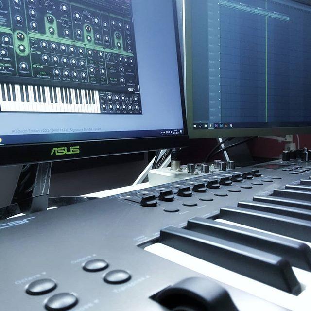 Nowe Self Made Beats się eksportuje, więc mam moment, aby wrzucić post. 😏 Dziś dzień upłynął pod znakiem montażu. A jak wasz poniedziałek? 😎 . . . #music #musica #musician #musicislife #musicismylife #musiclover #musicproducer #musicproduction #musicengineer #makingbeats #producerlife #flstudio #keyboard #musicstudio #midicontroller