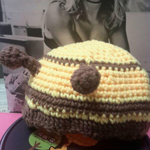 😗. #自學 #織圖手作 #Weaving chart #Handmade  媽咪想去萬聖節舞會😈😈😈 寶寶不能丟在家😘😘😘 帶個帽子立馬出發吧😍😍😍 給了糖,照搗蛋😱😱😱 ♡超忙小蜜蜂帽♡  #err_gugu 😗 #Self-study #creation  #crochet#crocheted #cotton#wool#woolen #doll#puppet#cartoon #Weaving chart #Handmade