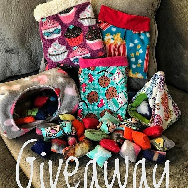 HUGE GIVEAWAY FOR PET LOVERS 😍💕 To enter: 1. Follow @Colleen.Travels , @Hedgehog.Penny , and @PeanutAndSquanch 👌🏼 2. Tag 3 or more friends on this post👇🏼 3. For an extra entry: post this to your story/page and tag us + more friends! Includes: 💕3 Snuggle sacks/bonding bags 💕 Triangle Pineapple Hut 💕 Heart Log Hut 💕 40 Pillows 💕 10 fleece toys  Giveaway ends 9/25 and winner will be messaged 😍 GO!