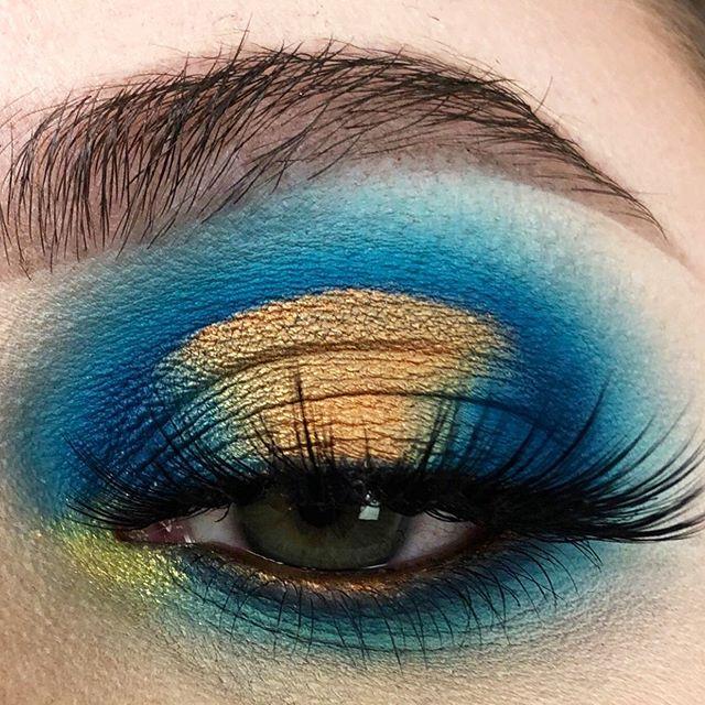 Blue and orange halo eye 🤗 * @septemberroseco Slush 2 💚 @shadowmooncosmetics Pumpkin & Cyprus pigments 🧡💛 code BEX15 to save some pennies! @landoflashes Paloma lash * What do you think? 😁 * * * #haloeye #revolutionreal #septemberrosecosmetics #slush2palette #landoflashes #welovelashes #wakeupandmakeup #makeupmafia #makeupfanatic1 #abhprsearch #norvina #makeupaddict #hoodedeyes #makeupobsession #undiscovered_muas #makeupartist #makeuplooks #colourfulmakeup #muasupport #newmua #makeupinspiration #instamakeup #makeupideas #makeuptutorials #makeupartists_worldwide #eyelooks #dramaticmakeup #beautyover30 #greeneyes
