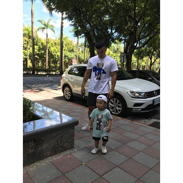 父子裝🤟🏼 - @kaws @uniqlo_taiwan  Size:2XL #有子萬事足 #Baby #babyboy #Father #Family #Taiwan #Jayden #1Y7M #kaws