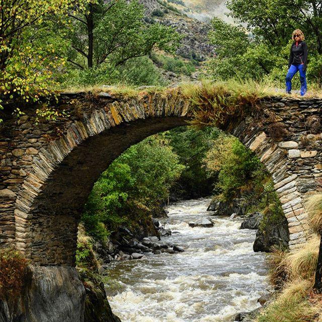 El pont Romànic d'Àrreu, penjat de la Noguera Pallaresa. #Arreu #noguerapallaresa #altaneu #pallarssobira #AraLleida #igerscatalonia #igerslleida #igworldwide #instagramers #instaworld  #catalunyaexperience #descobreixcatalunya #gaudeix_cat #elmeupetit_pais #clikcat #discover_catalonia #Ok_Catalunya
