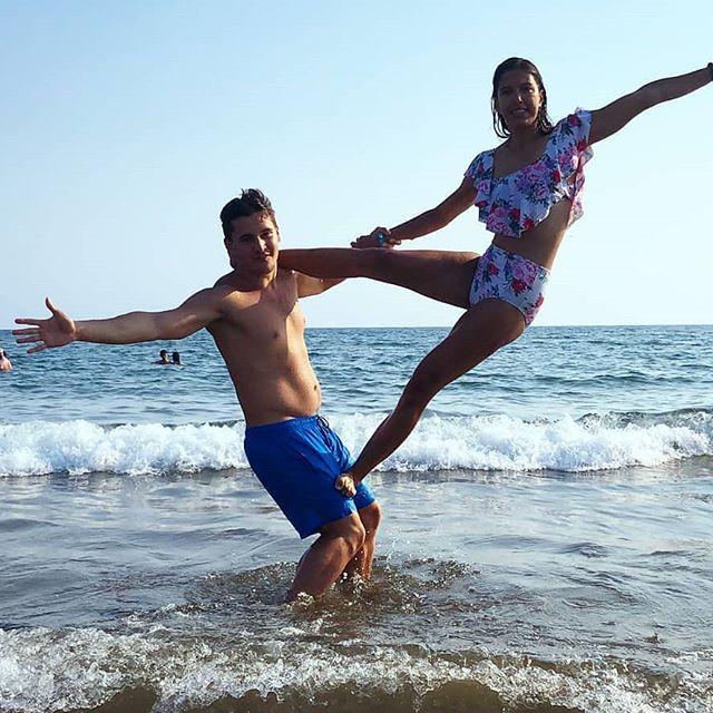 Teknősökkel táncoló . . #partnership #turkeylove #acroyoga #yogaeverywhere #partneryoga #turtlebeach #waves #findthebalance #partneracrobatics  #traveltogether #swimsuitgoals